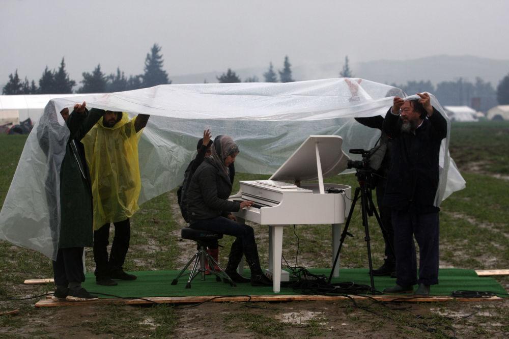 一位敘利亞難民在希臘與馬其頓邊界彈奏鋼琴