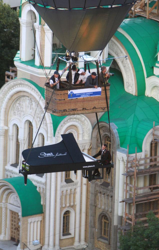立陶宛維爾紐斯熱氣球節上一名特技演員假裝彈紙鋼琴