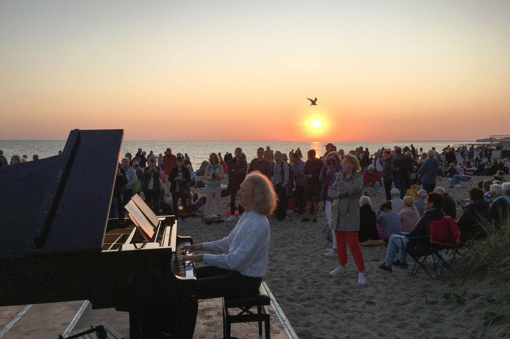 一名男子在德國海灘演奏鋼琴