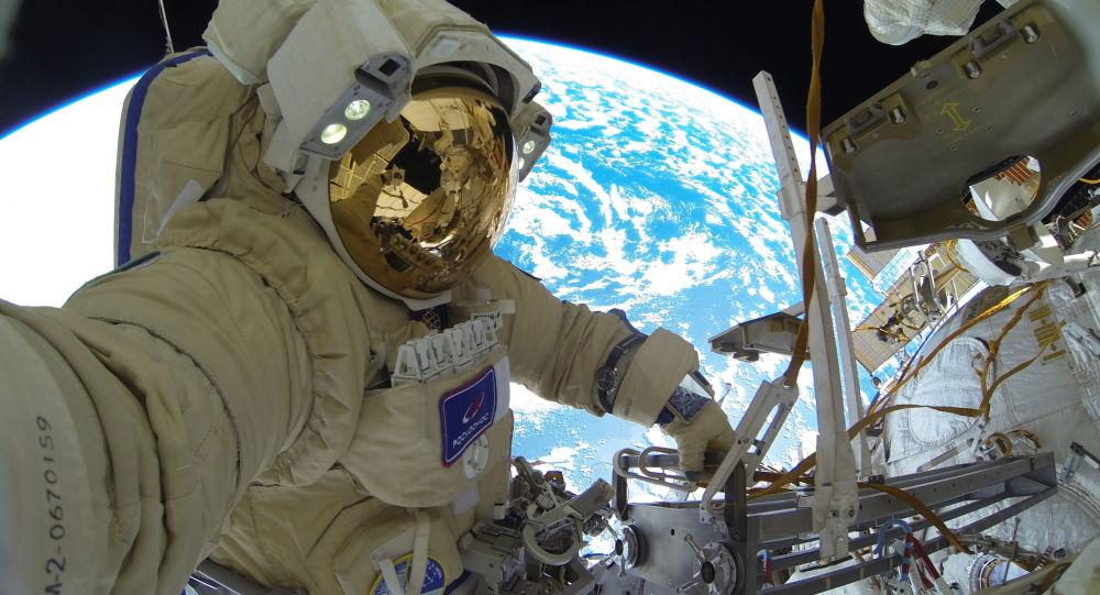 俄羅斯宇航員謝爾蓋•庫季—斯韋爾奇科在完成太空行走