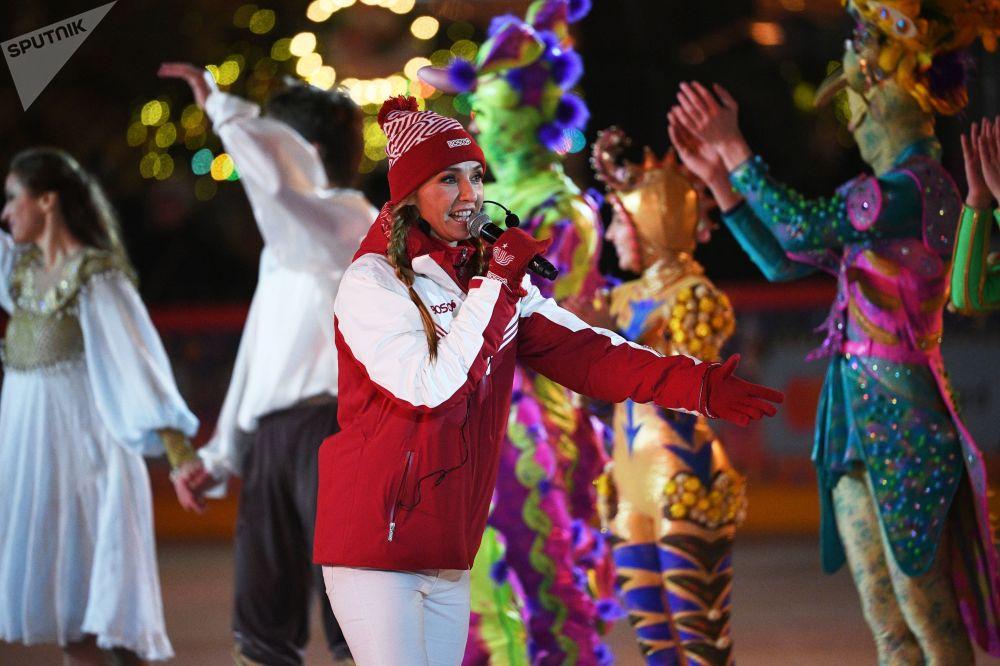 兩次世界冠軍獲得者,冰上舞蹈奧運冠軍塔季揚娜·納夫卡在紅場上的古姆溜冰場新溜冰季啓動儀式上