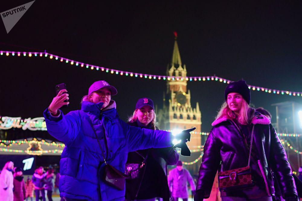 莫斯科紅場古姆溜冰場新溜冰季啓動儀式上的遊客們