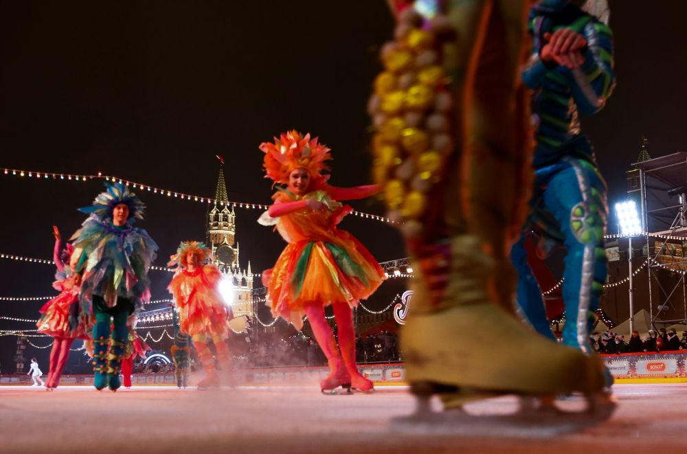 演員們在莫斯科紅場上的古姆溜冰場新溜冰季啓動儀式上表演