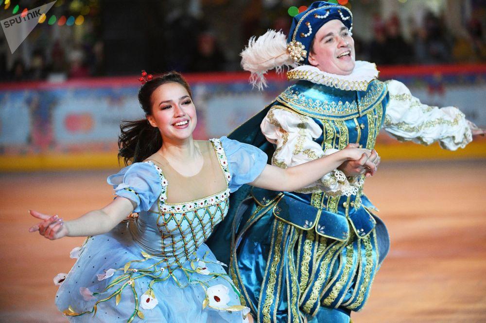 花樣滑冰名將阿利娜·扎吉托娃在紅場上的古姆溜冰場新溜冰季啓動儀式上表演