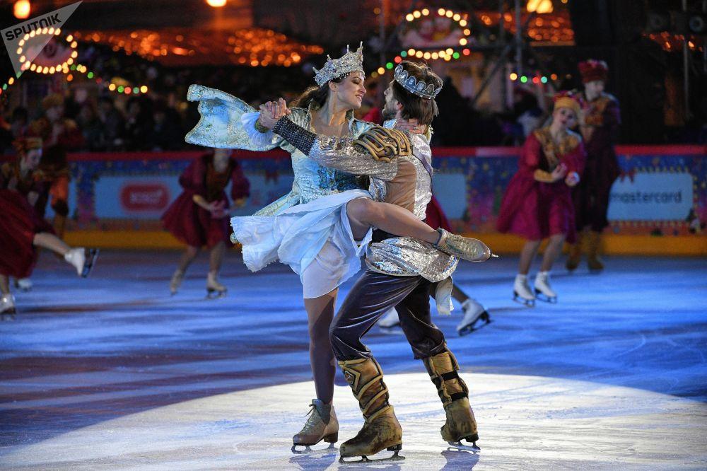 花樣滑冰女將瑪格麗特·德羅比亞茨科和波利拉斯·瓦納加斯在紅場上的古姆溜冰場新溜冰季啓動儀式上表演