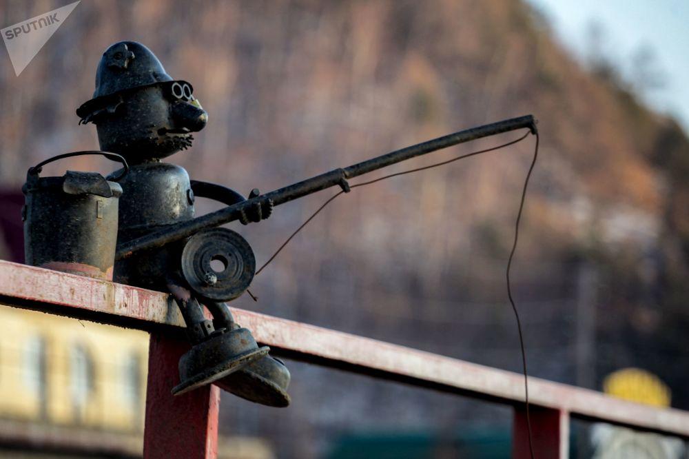 貝加爾湖岸邊的垂釣雕塑