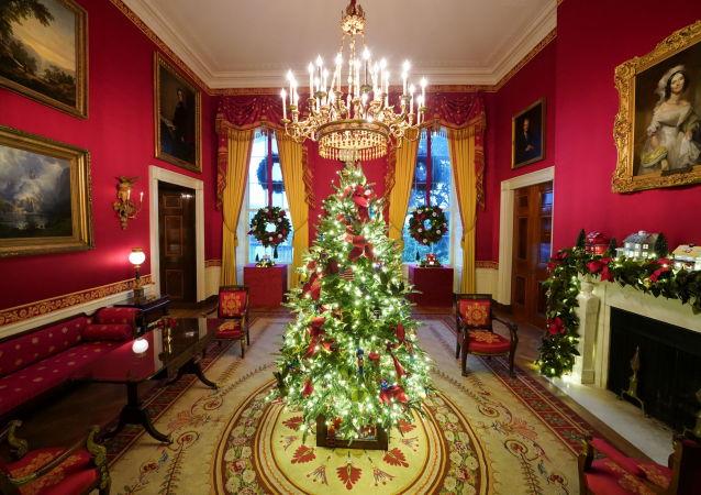 白宮紅房間的聖誕裝飾