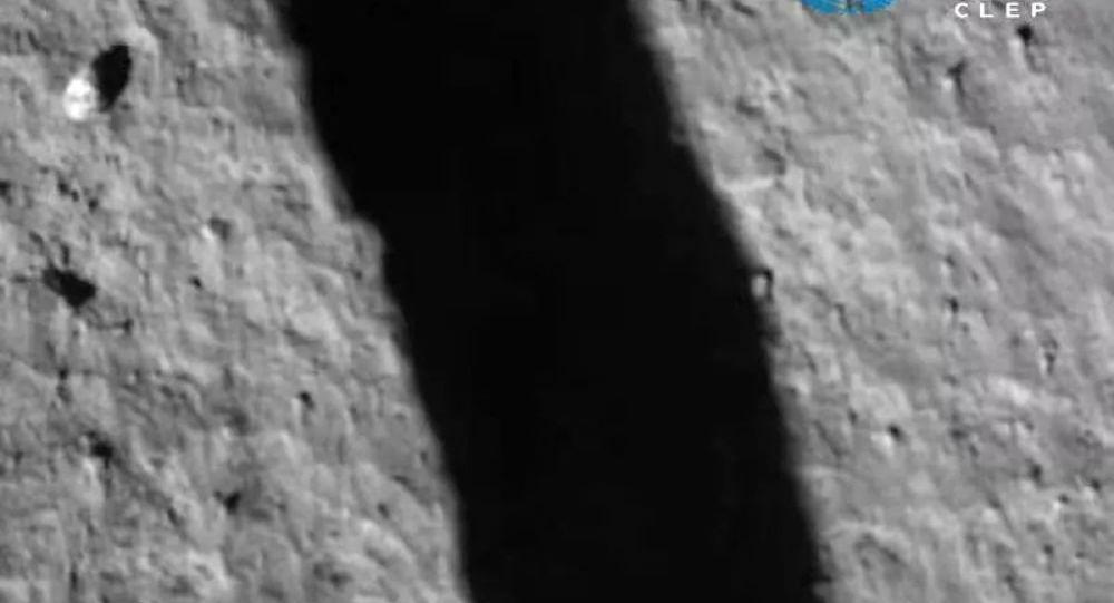 中國嫦娥五號探測器在採集土壤樣品後飛離月球表面