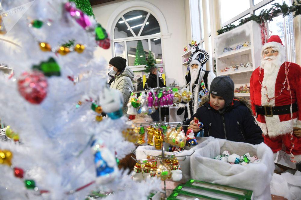 全俄展覽中心,觀眾們在畫廊里觀賞新年樅樹裝飾掛件