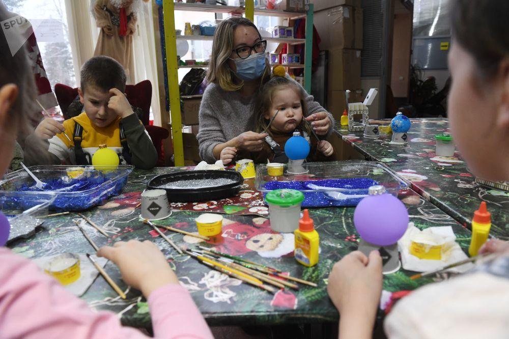 全俄展覽中心,孩子們在新年樅樹裝飾掛件上繪製圖案