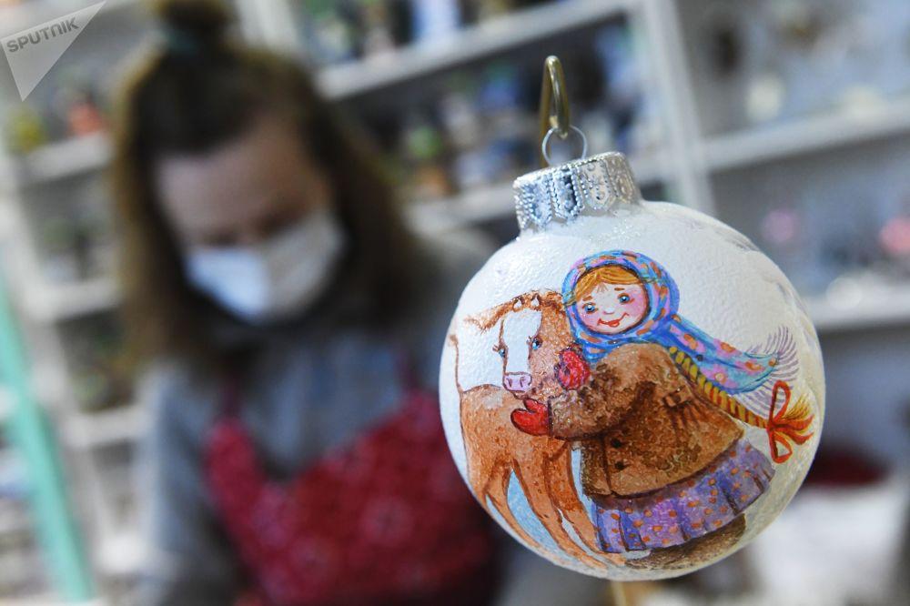 完成彩繪的新年樅樹裝飾球