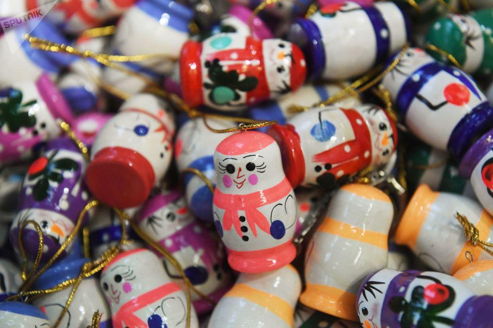 全俄展覽中心畫廊拍攝的完成彩繪的新年樅樹裝飾球