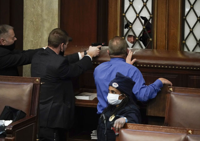 一名示威者在美國國會大廈前由於胸部中槍而受傷
