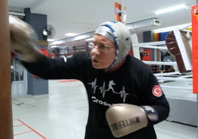 擊倒帕金森症——74歲土耳其老人練習拳擊對抗疾