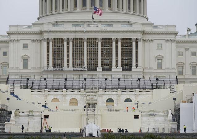 一名可接觸機密信息的美國人被控襲擊國會大廈