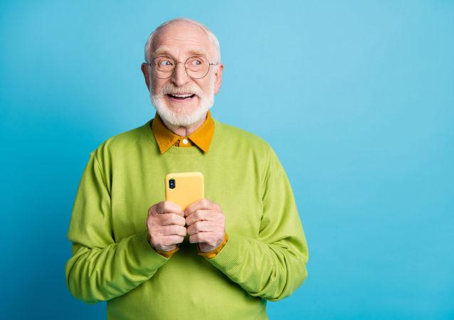玩智能手機的老人