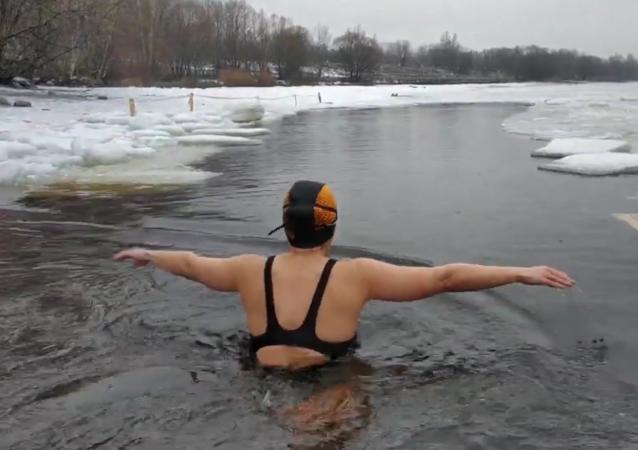 嚴寒和冰窟窿:冬泳愛好者是如何鍛鍊的?