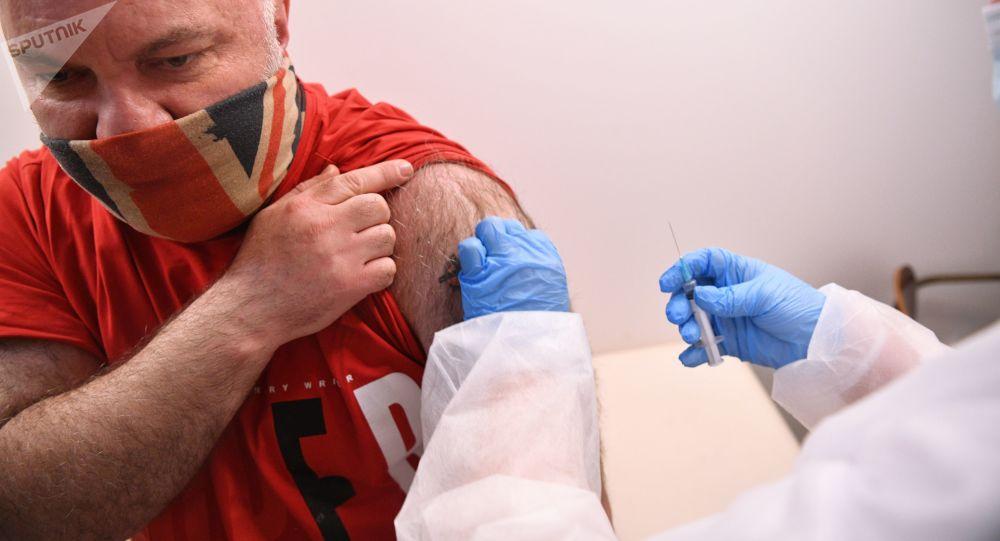 俄醫生解釋首次接種新冠病毒疫苗後的處理方法