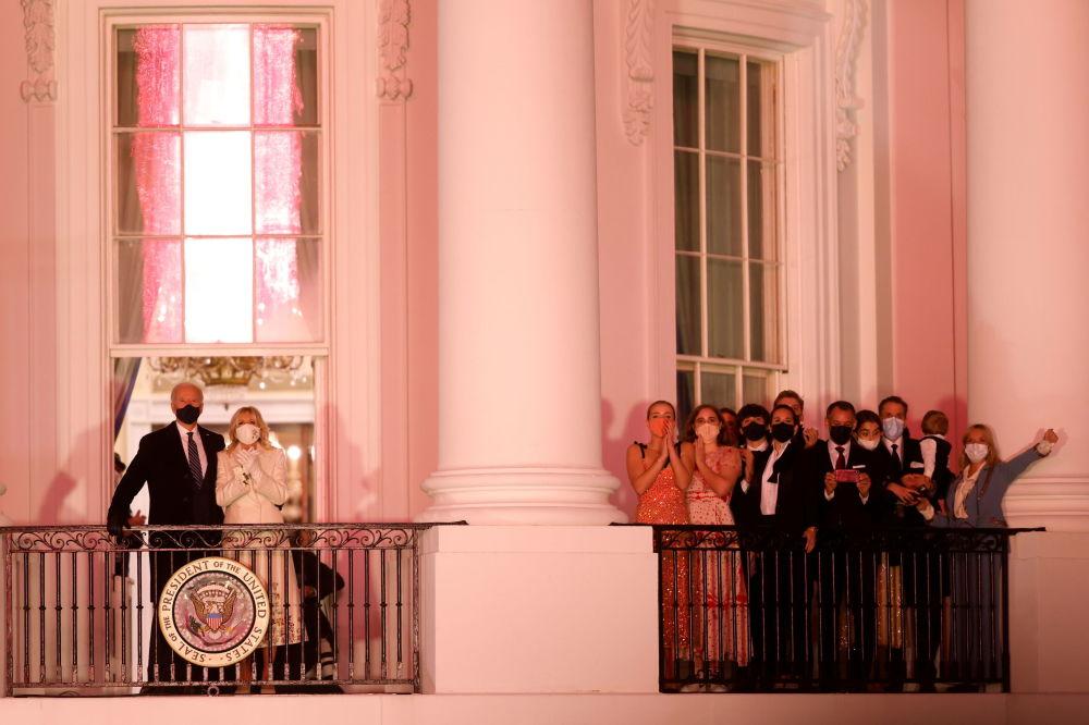 美國總統拜登夫婦在白宮陽台上觀看就職慶典焰火表演