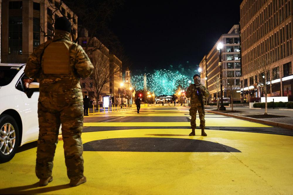 華盛頓街頭值守的美國國民警衛隊隊員