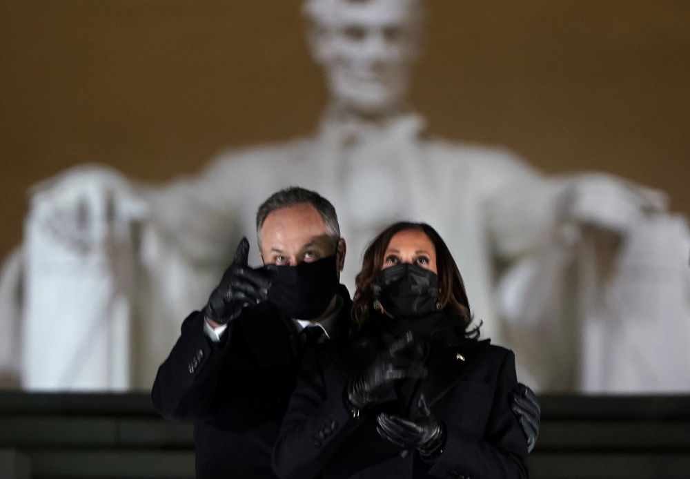 美國副總統哈里斯與丈夫在華盛頓林肯紀念碑觀看就職慶典焰火