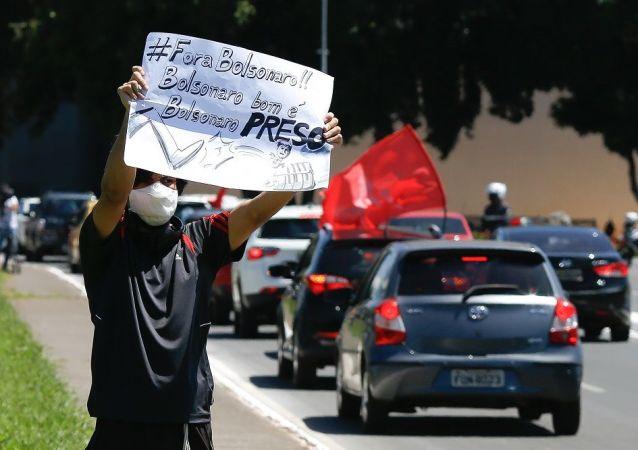 巴西多地發生要求彈劾總統博索納羅的汽車抗議遊行活動