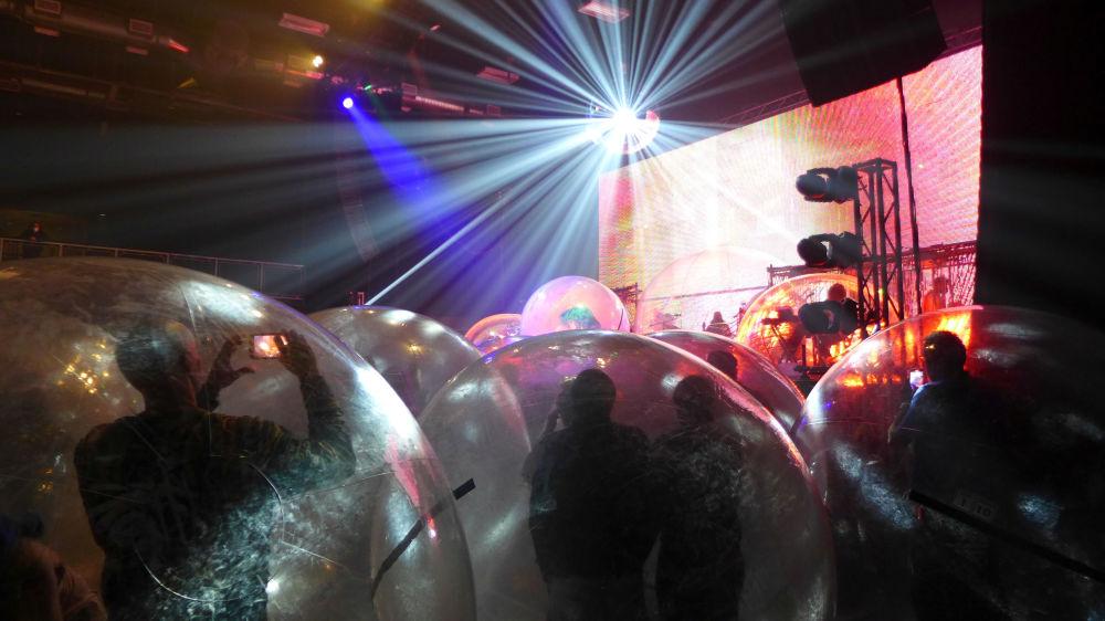 防護隔離球中的未來感演唱會