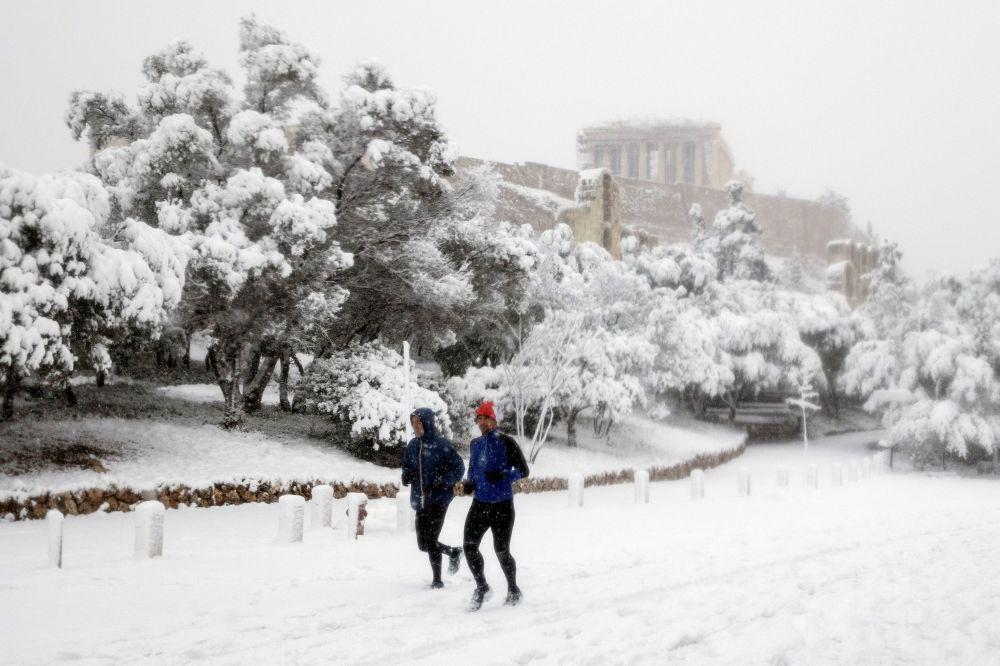 雪天里的跑步者,背景是被積雪覆蓋的帕特農神廟。