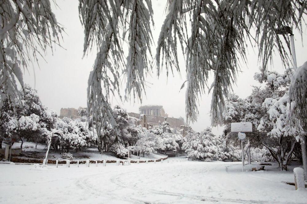 希臘雅典,雪中的帕特農神廟。
