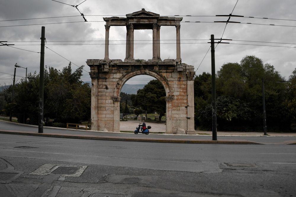 夏日里的哈德良拱門。