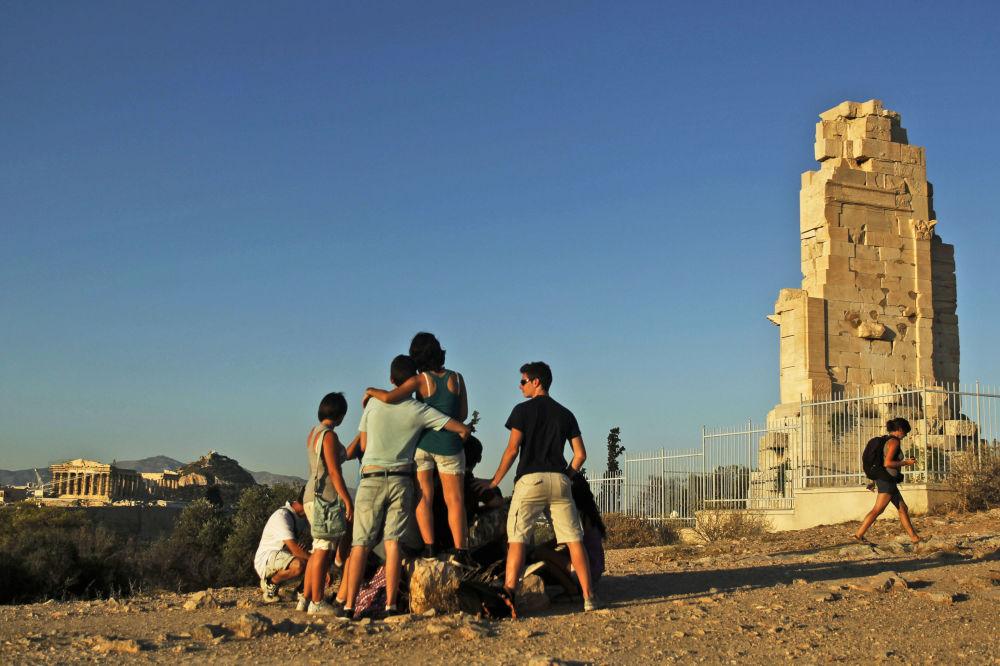 雅典的菲洛帕普山,背景是夏天的雅典衛城。