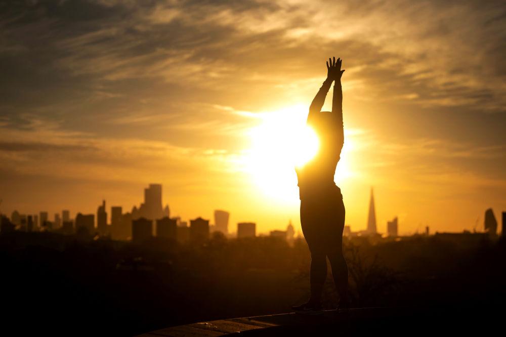 倫敦,一名女子正在練習瑜伽。