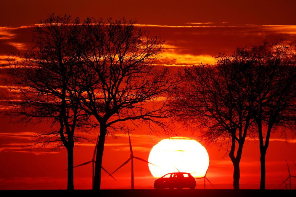 法國,日落時在路上行駛的汽車。