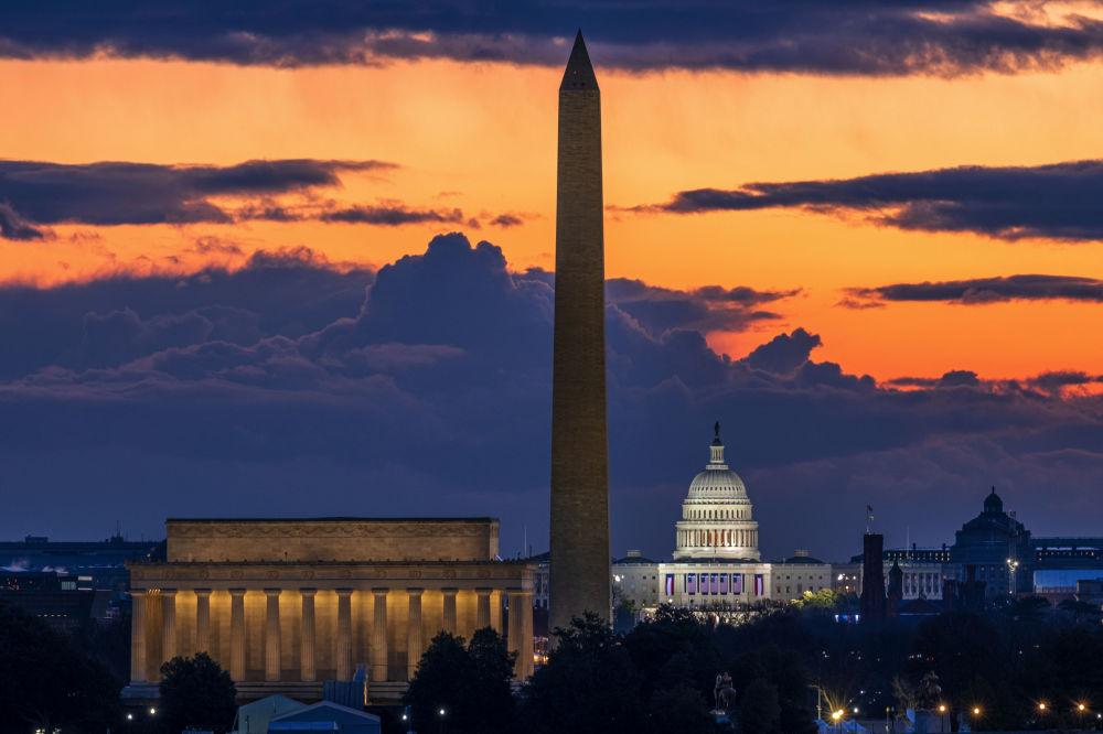 華盛頓,就職典禮當天拂曉時分的林肯紀念堂,華盛頓紀念碑和美國國會大廈。