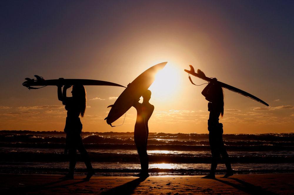 特拉維夫以北,日落時分在沿海城市內塔亞海岸邊的以色列衝浪者。