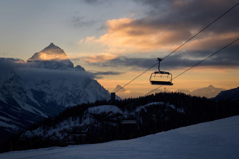 意大利阿爾卑斯山的纜車 。