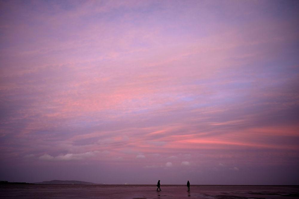 愛爾蘭,都柏林桑迪芒特區岸邊的夕陽。