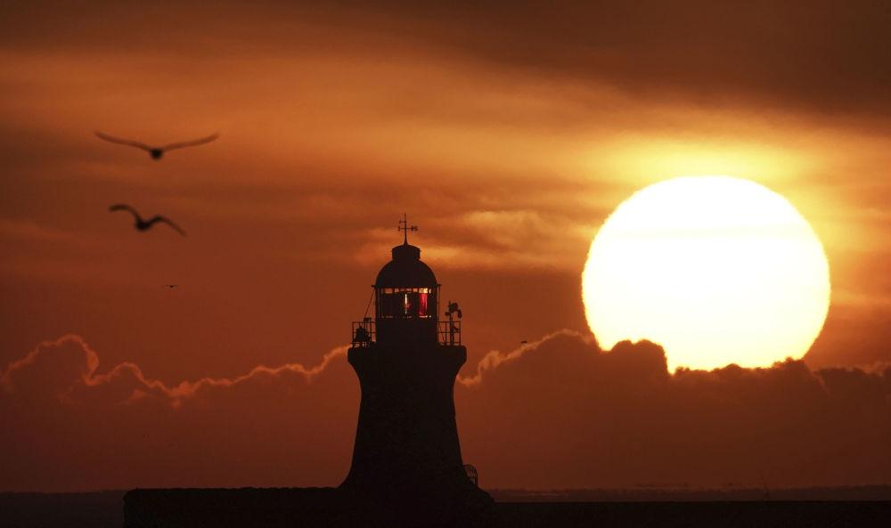 英格蘭,南希爾茲燈塔上方升起的太陽。