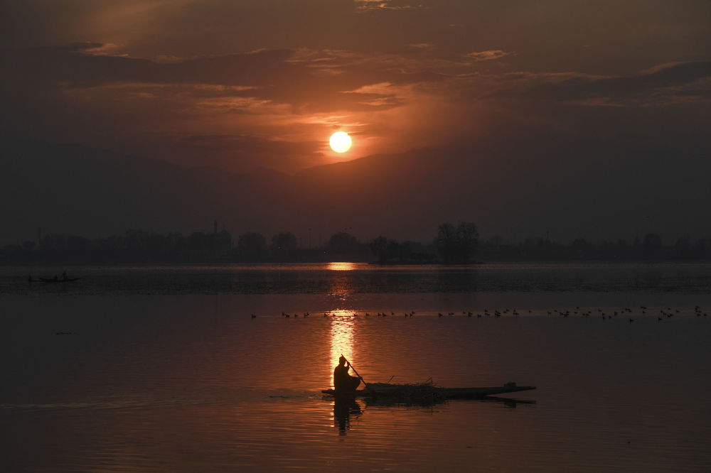 印度斯利那加,日落時分在達爾湖乘船的人。