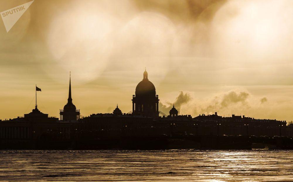 聖彼得堡,伊薩基輔大教堂和海軍總部大樓的景色。