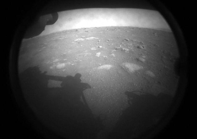 」毅力「號著陸後傳回首張火星照片
