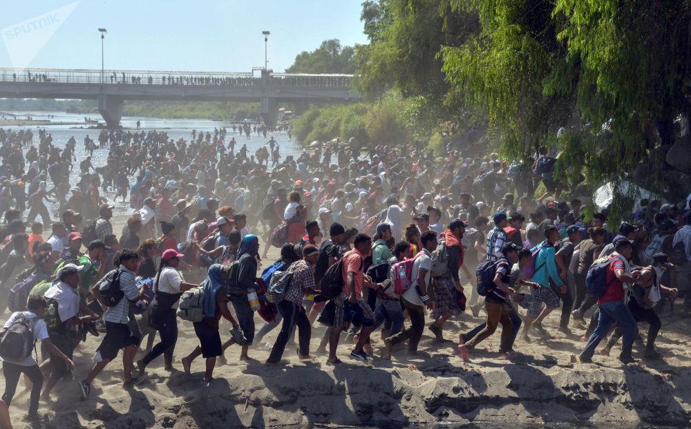 洪都拉斯難民船隊靠近美國。
