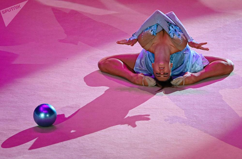 亞歷山德拉·索爾達托娃在2021年莫斯科藝術體操大獎賽開幕式表演。