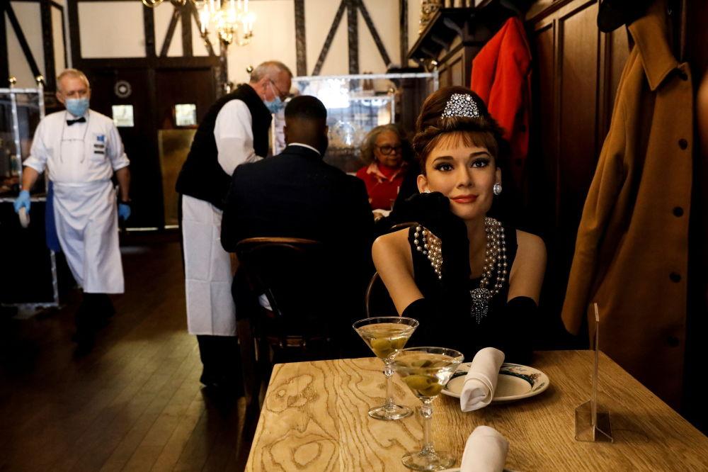 餐廳內設置的好萊塢影星奧黛麗·赫本蠟像。