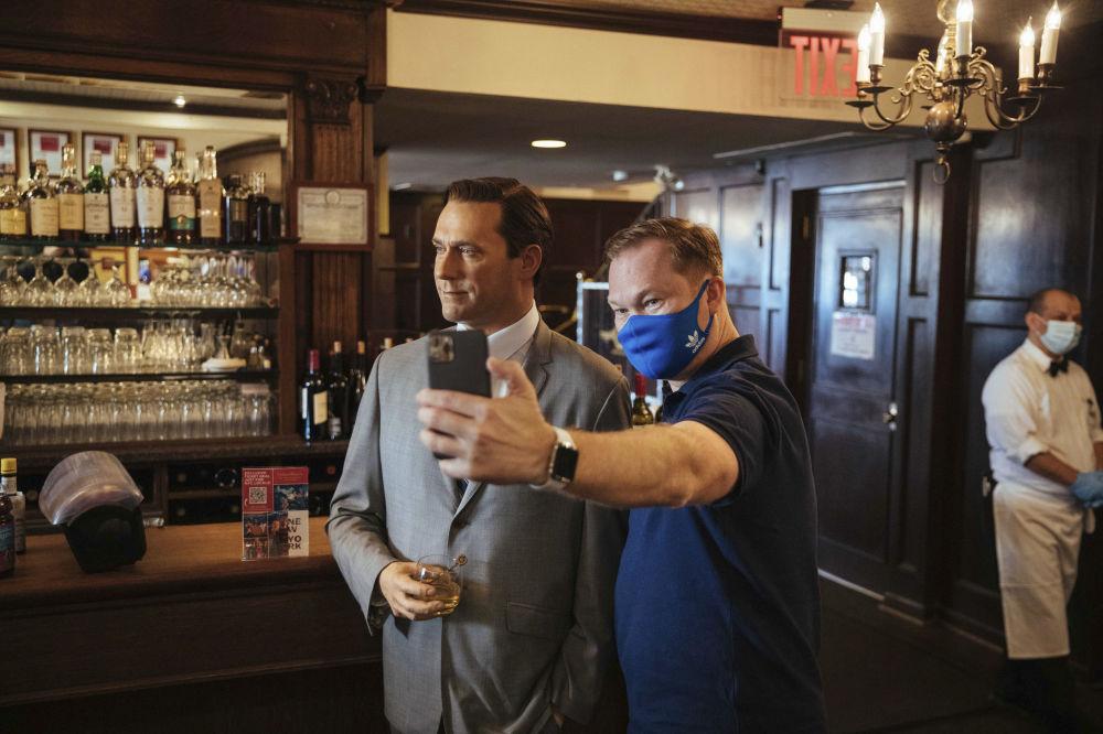 餐廳內設置的美國影星喬恩·哈姆蠟像。
