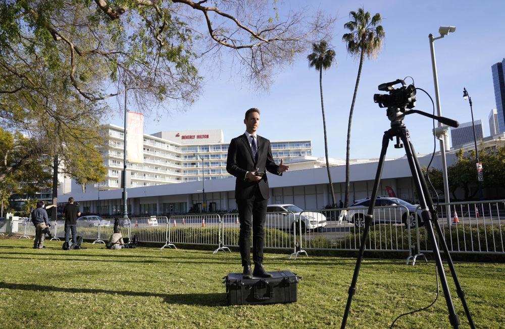 記者在貝弗利希爾頓酒店前進行活動當天報道。