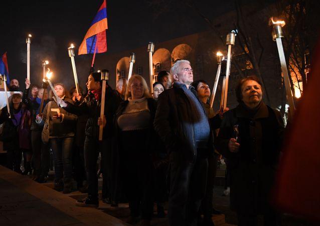 一群帕希尼揚的反對者闖進位於埃里溫市中心多個部門所在的政府大樓