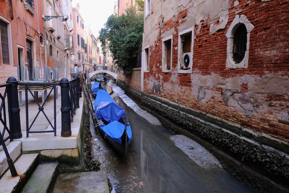 裸露著河床的威尼斯市運河。