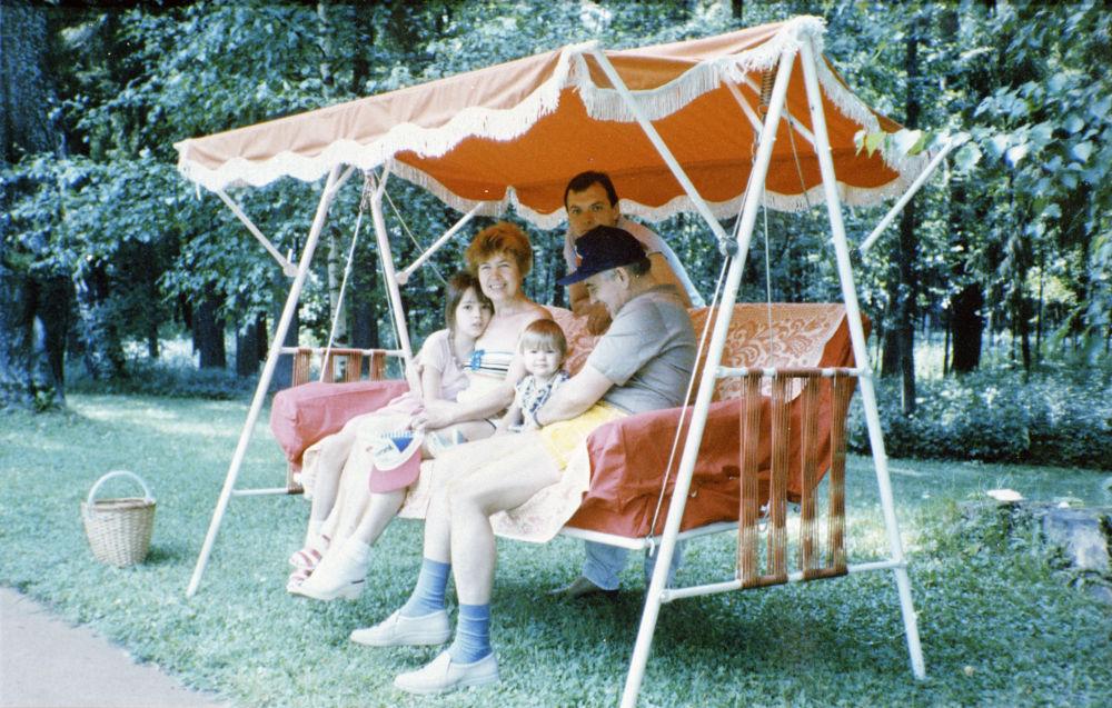 蘇聯最高委員會主席團主席戈爾巴喬夫全家在郊外別墅度假。