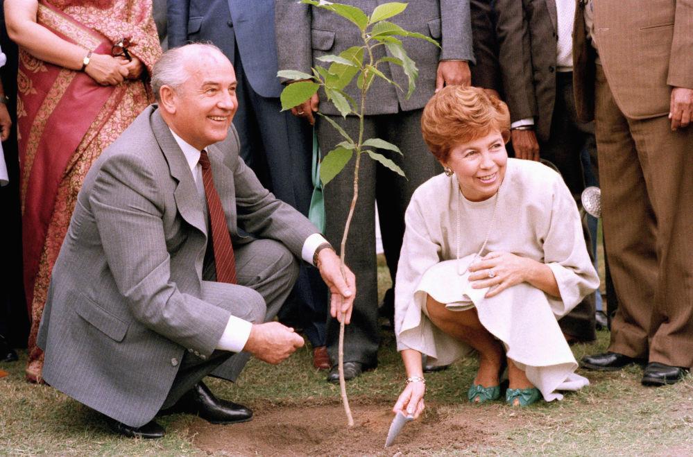 蘇共中央總書記戈爾巴喬夫與夫人出訪印度。